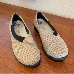 Clarks cloudsteppers soft cushion slip-on shoes